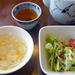 チャイナガーデン - 日替わりランチ(¥800)のサラダとスープ。お茶はジャスミン茶と烏龍茶のお店オリジナルのブレンドです。