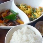チャイナガーデン - 日替わりランチ(¥800)のスブタ(左)と人参・いんげん入り炒り玉子(右)、白飯、ザーサイ