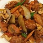 中華料理 アモイ - 選べるメインは「鶏カシュナッツ」に。優しい甘辛さで、鶏肉も野菜もタップリ。なかなか美味しいんだけど、この店ならではの個性が感じられず…