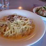 トラットリア マルーモ - カルボナーラスパゲッティ(ベーコン入りの卵黄ソース) パスタランチ サラダ、ドリンク付き 1260円。
