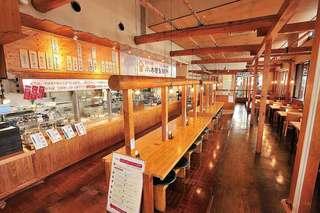 小木曽製粉所 - 広い店内はテーブル席・カウンター席合わせて65席。