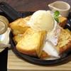 六古窯 - 料理写真:『バニラフレンチトースト』 あつあつ鉄板で提供する人気商品
