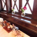旧三井港倶楽部 - テーブルの卓上と花