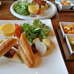 シンプソンカフェ - 料理写真:石窯カスクートのフランクとベーコンサンドセット ¥1250