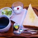 25627076 - ホットコーヒー(350円)、モーニングサービス(トースト、サラダ、ヨーグルト)