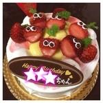 25629703 - 娘の誕生日ケーキ。                       この顔のイチゴが、                       たまらなく可愛くて、                       大好評でした。