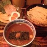 25631837 - 三田盛りの皿とつけ麺。