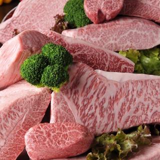 当店の肉匠がこだわり厳選した最高ランク(A-5)のブランド牛