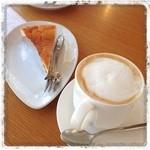 森のカフエKISEKI - ほっこり系の手作りチーズケーキとカフェオレ。