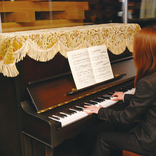 店内にはピアノも設置してあります。