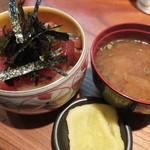 桂城 - まぐろ丼とみそ汁です。