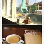 港カフェbreath - 福岡造船所のすぐ横のカフェです。あいにく窓側の席は満席。(^_^