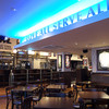 ハードロックカフェ - 内観写真:リニューアルされたダイニングエリアは、開放感あふれる明るい店内。