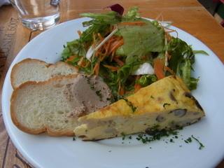 グローブ - 前菜は、サラダ、白レバーのパテなど3種