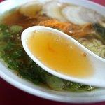 麺工房 - スープは鶏がらベースの醤油味。アッサリ味ですね。