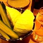 鹿児島県霧島市 塚田農場 多摩センター店 - お通し(キュウリとキャベツ)とビール