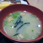 25677586 - 定食の味噌汁はワカメの味噌汁でした。