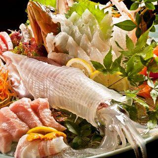 毎朝、市場から仕入れる新鮮な魚だけを提供