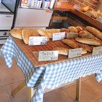 ベーカリー・ケーツー - K2コッペ1ッ63円 お手軽パンが並んでます