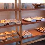 ベーカリー・ケーツー - 空きが目立つパン棚 焼が追いついてない?