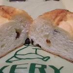 ベーカリー・ケーツー - カット モッチリシンプルなパン