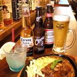 ブルドック - カウンターに料理とお酒