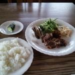 ウッディハウス - ご飯と漬物、焼き肉と同じお皿にサラダなどがつくセット(800円)