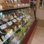 ミュゼドモーツァルト - お店はそんなに大きくはありませんがお店の奥ではガラス越しにシュークリーム等がおいしそうに作られてました。