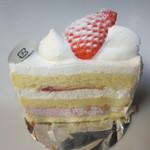 ミュゼドモーツァルト - イチゴのケーキ335円、フワフワスポンジケーキと美味しい生クリームとイチゴの組み合わせのこのケーキはケーキの定番中の定番ですね。