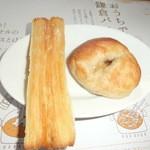 25720988 - 食べ放題のパン。左がシュガーパイと右がはちみつパン。