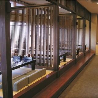 和風で高級感があるつくりの店内、お座敷もあってくつろげます。