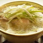 マンナ - 鶏1羽をまるごと煮込んだ鍋料理。じゃがいもやにら、長ねぎなど、野菜もたっぷり入ったヘルシー料理《タッハンマリ》