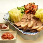 マンナ - 《大人気》豚肉をキムチをメインに生野菜などを巻いて食べる料理《ポッサム》