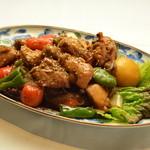 マンナ - 鶏のもも肉と野菜を、甘辛いコチュジャンをベースにしたタレをかけて鉄板の上で炒めた《ダッカルビ》