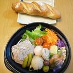シェ ロッスリー - 閉店間際だったので、オマケで大きいパンつけてくれました