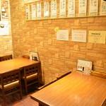 マンナ - テーブルは広々、ゆっくりとお食事をお楽しみ頂けます。