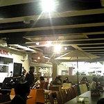 2573964 - 広々とした店内は、食事の喧騒とジャズの緩やかな音が重なり合う。