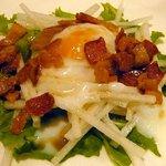 フランス食堂 etroit - ベーコンと温泉卵のサラダ