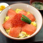 キネマ館 - 【鮭といくらの親子丼】 地場産の旬の食材を使った定番であり、人気の一品