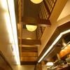 串かつ 赤とんぼ - 内観写真:吹き抜けの天井から温かな光が店内に広がります