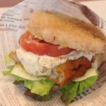 キラキラキャッチン - フィッシュトマトチーズ玄米ライスバーガー*タルタルソースとトマトと白身フライの相性ばっちり 400円