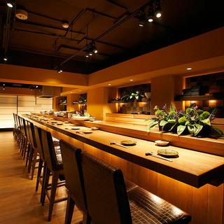 鱗 - カウンター席ではお料理のできてゆく様子もお楽しみいただけます