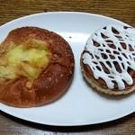 ブーランジェリー パルク - 焼き込みチーズカレーとシナモンロール
