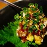 鉄板焼肉 鑠鑠 - マグロとアボガトの山葵醤油和え