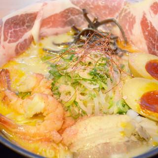 海老の風味がクセになる!海老白湯麺