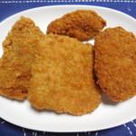肉の山崎 - 買ってきた揚げ物たち