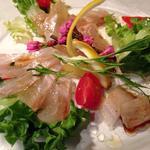 京町堀シモーネ - 新鮮な朝締めの鯛のカルパッチョ。