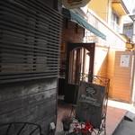 ウィウィ - 道案内:で、ココが入り口。だけどパン屋さんなんです@@