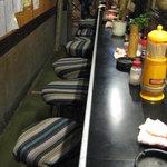 九丁目の八ちょう目 - 「九丁目の八ちょう目」の店内。開業して59年! カウンター席のみ