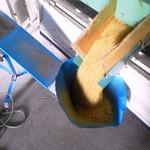 フェルム・ソレイユ - 収穫した稲穂を焙煎する作業。